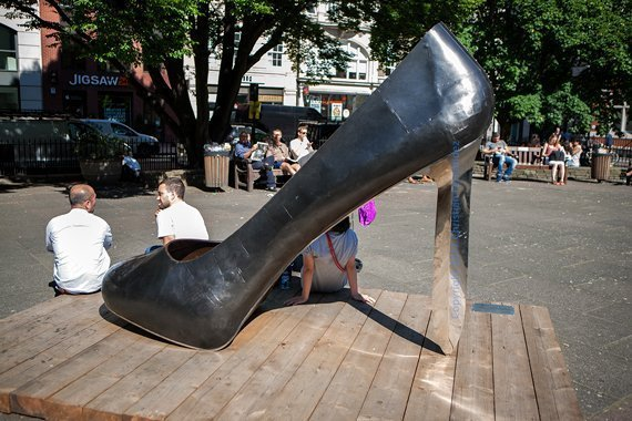 «Stiletto Heel» de Kalliopi Lemos en Golden Square, Londres.