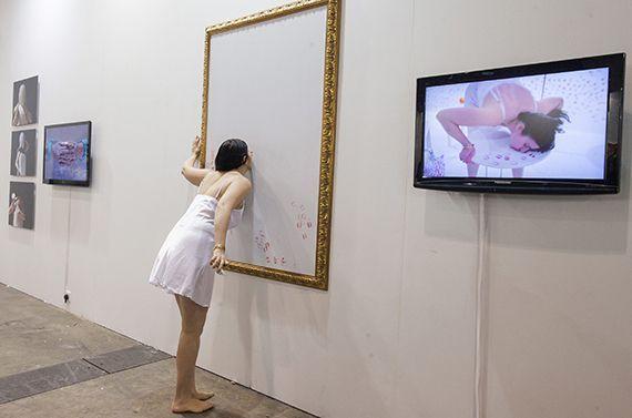 Performance de Nezaket Ekici en Art Basel Hong Kong