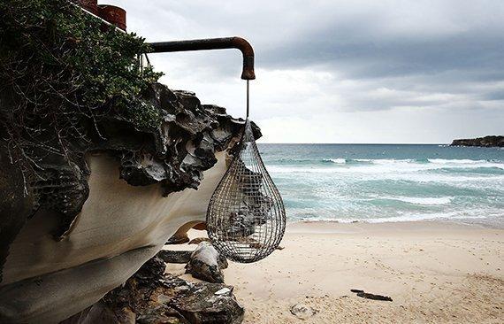 Esculturas al borde del mar.